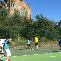 Des enfants qui courent, tennis-camp